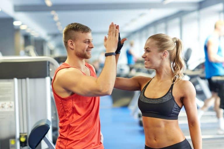 Imagem mostra um homem e uma mulher na academia