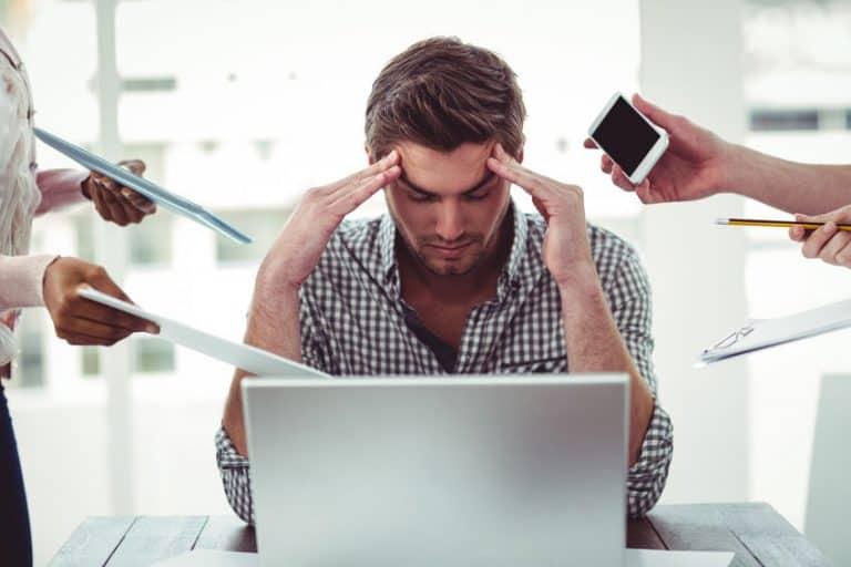 Imagem mostra uma homem estressado em frente ao computador
