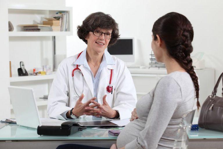 Médica conversa com paciente grávida
