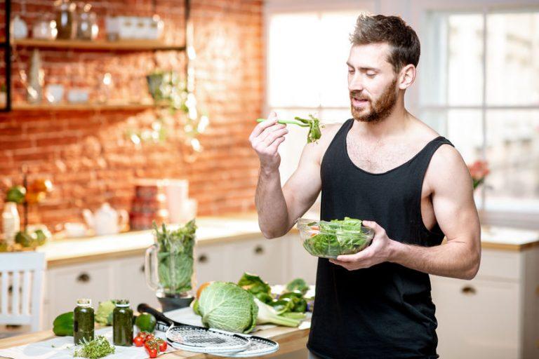 Homem come prato de salada