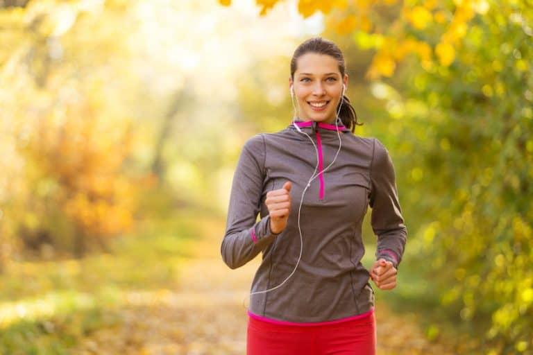 Mulher praticando corrida na natureza
