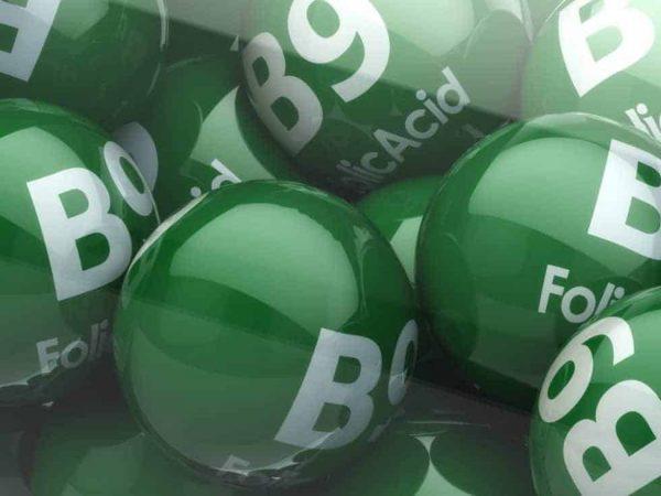 Imagem de cápsulas de vitamina B9 - ácido fólico.