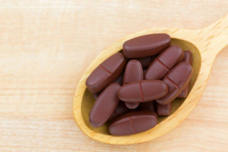 Imagem de colher com comprimidos de ácido fólico.