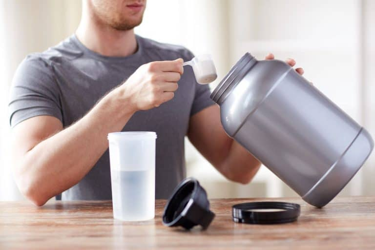 Imagem de homem com pote de ácido fólico em pó.