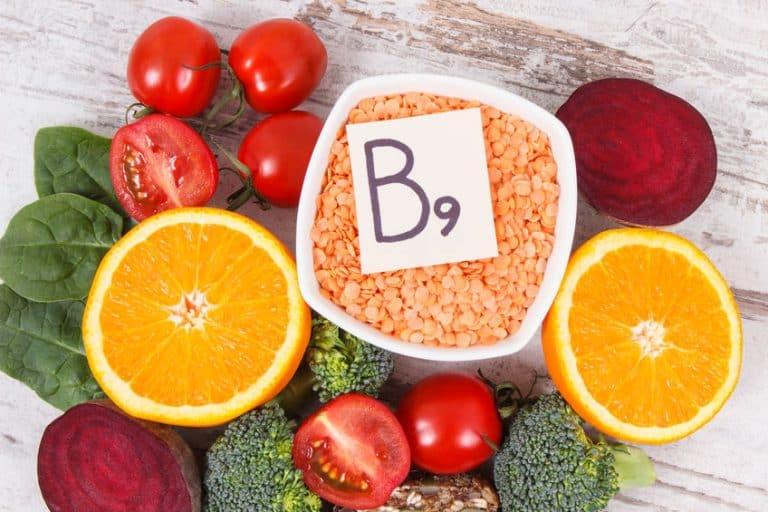 Imagem de alimentos e placa indicando vitamina B9.
