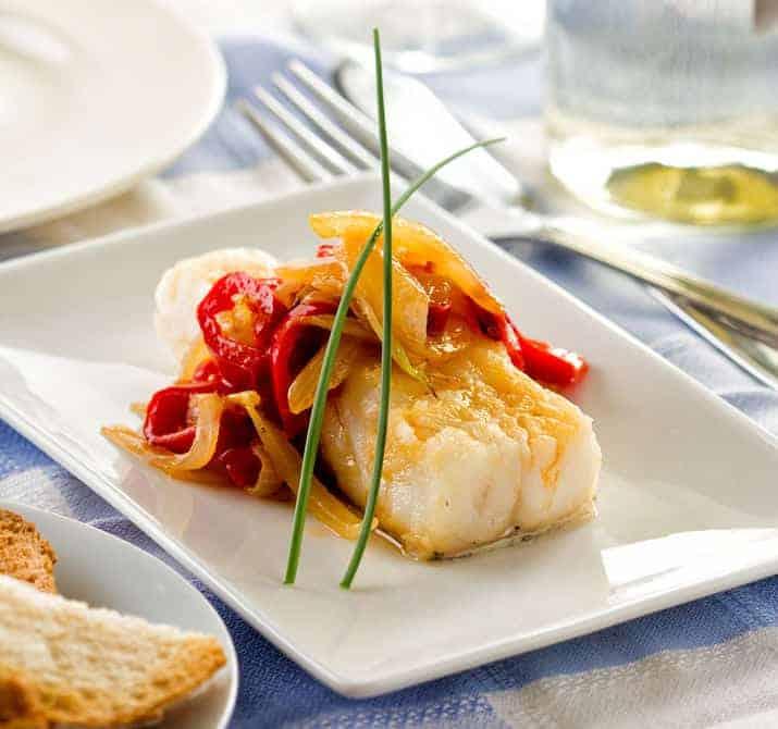 Imagem de peixe com legumes.