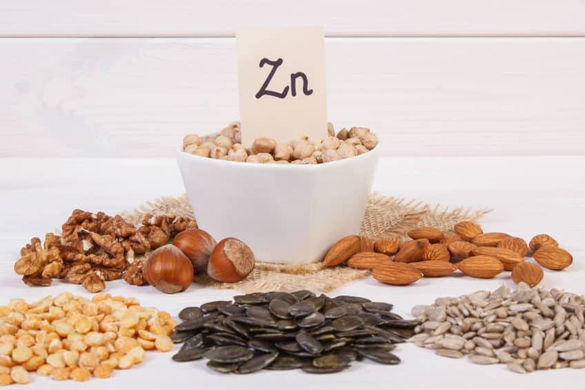 comidas com zinco espalhadas em uma mesa
