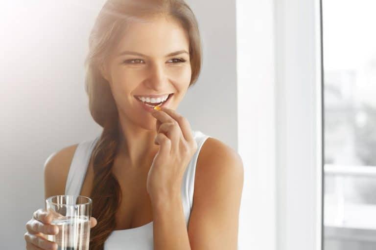 mulher tomando vitamina d