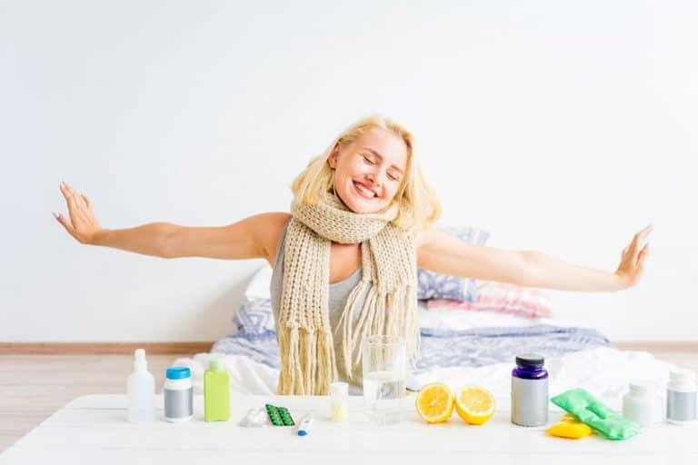 Imagem de mulher saindo da cama com vitamina C em mesa.