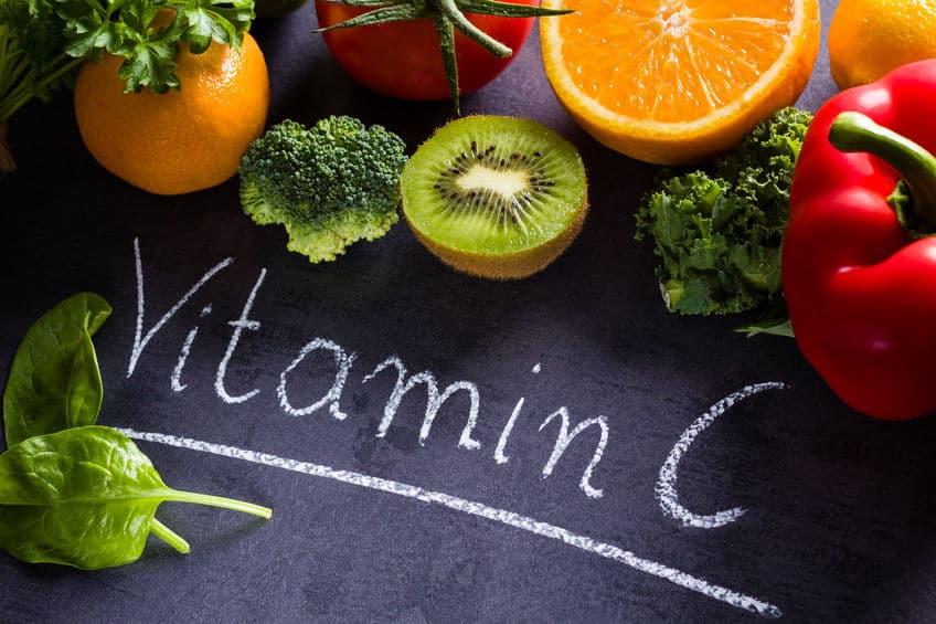 verduras e frutas em cima de um quadro onde está escrito vitamina c
