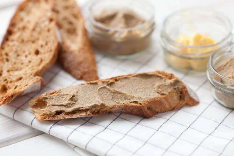Imagem de pão com patê.