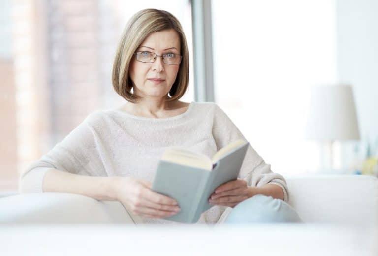Imagem de mulher lendo livro.