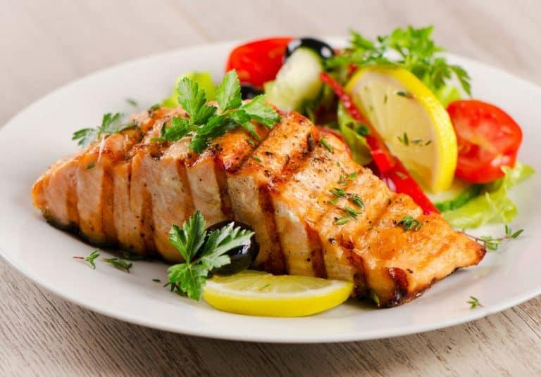 Imagem de salmão assado e legumes.