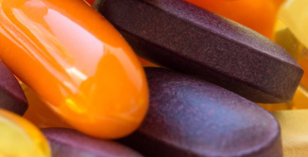 Imagem de cápsulas de vitamina d3 e k2.