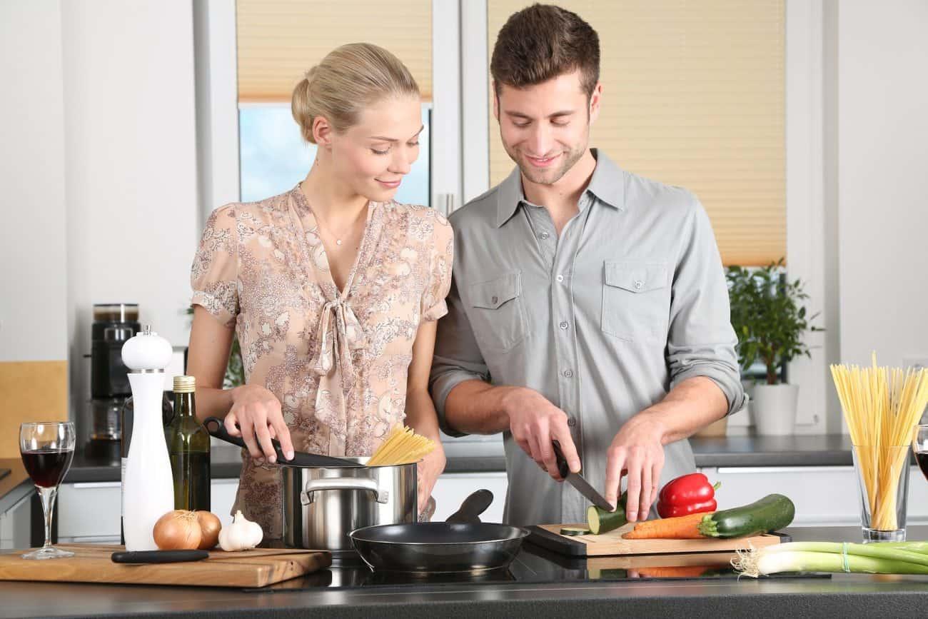 Casal cozinhando.