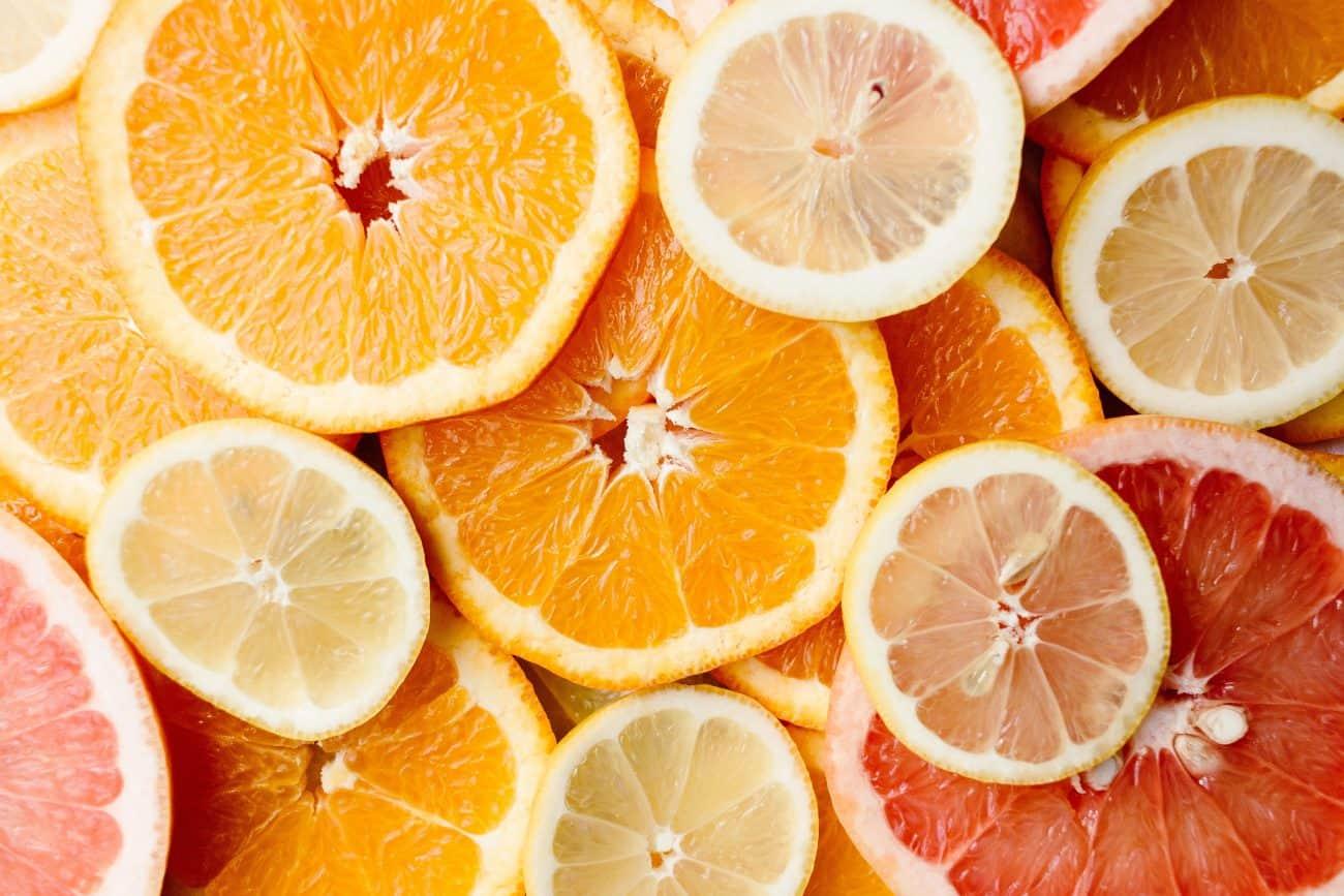 Imagem de laranja e outras frutas cítricas, ricas em vitamina C.