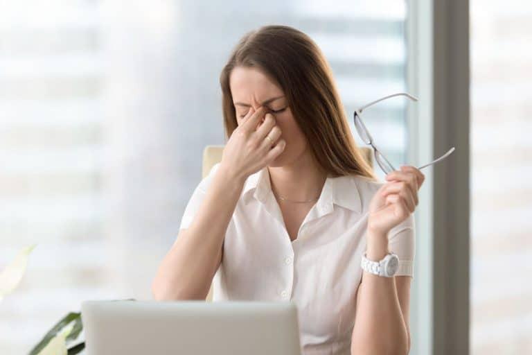 Imagem de uma mulher estressada.