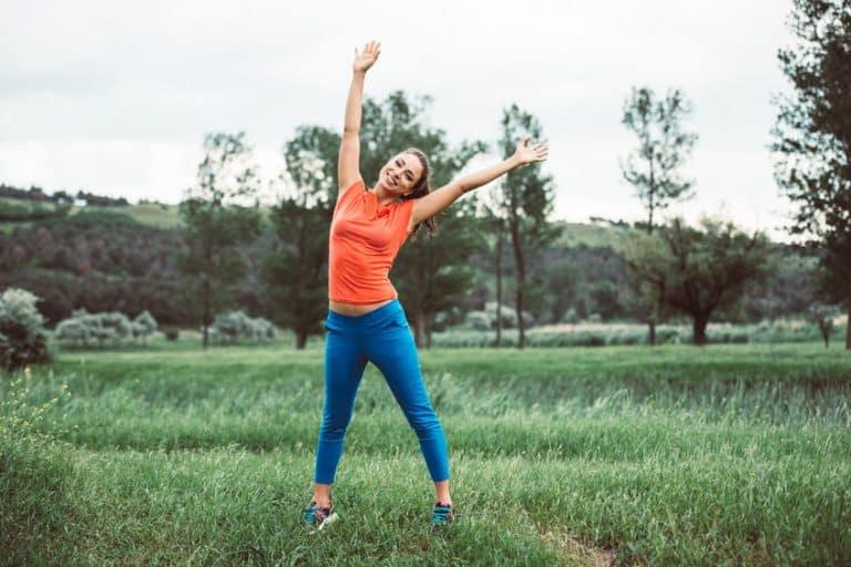 Imagem de atleta feliz fazendo exercícios.