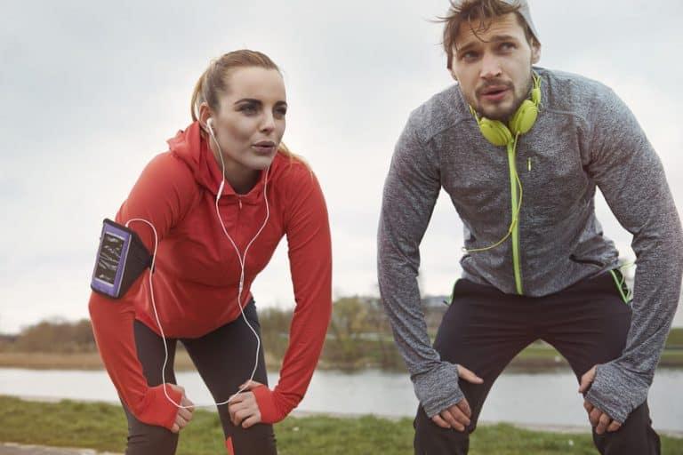 Imagem de casal fazendo exercícios.