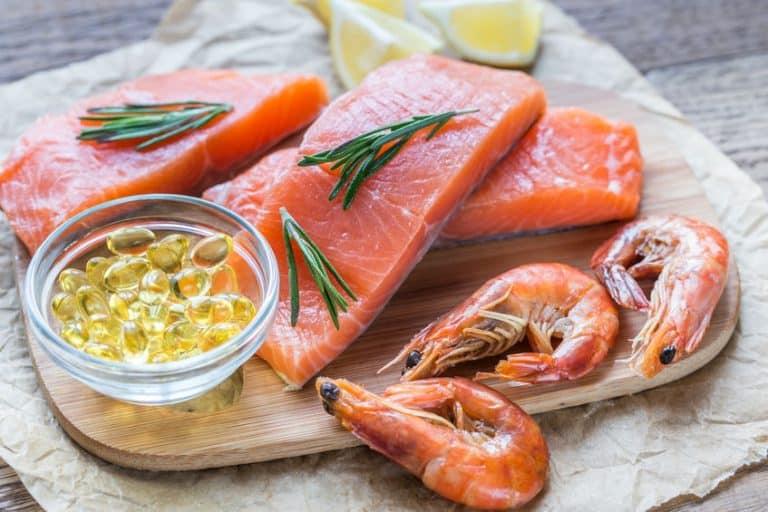 Imagem de salmão, camarão e cápsulas de ômega 3.