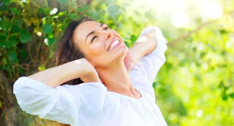Imagem de mulher sorrindo.