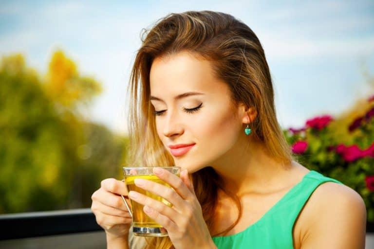 Imagem mostra mulher tomando chá.