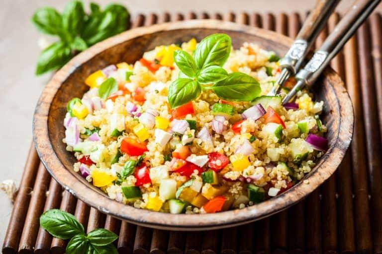 Imagem de salada com quinoa e legumes.