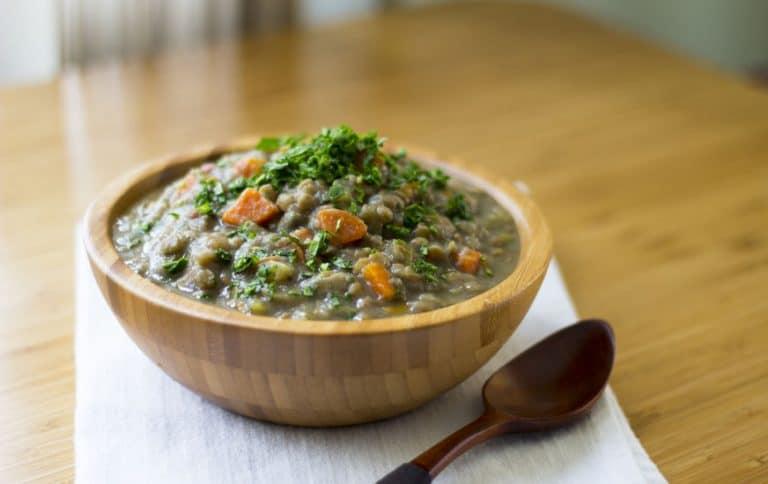 Sopa de lentilha sobre mesa.