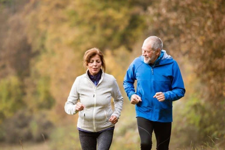 Imagem de casal de idosos correndo.