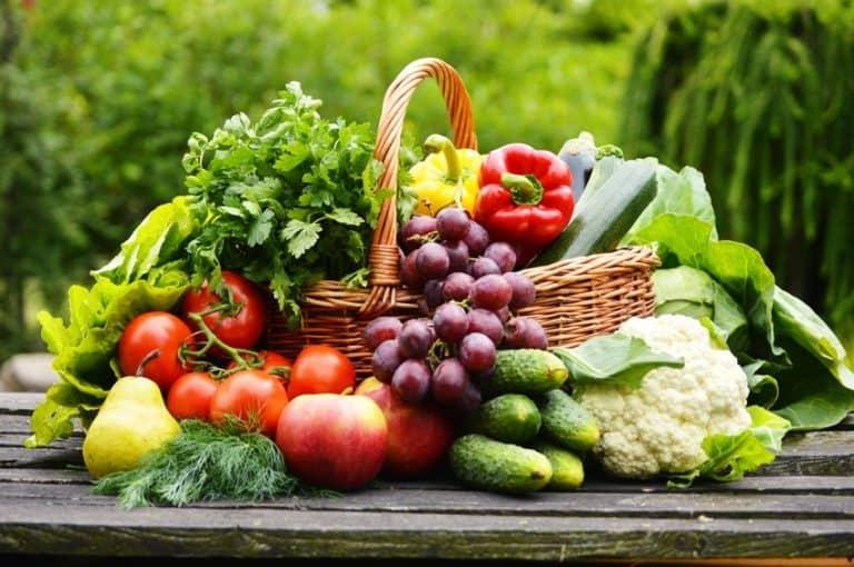 Cesta com frutas e legumes.