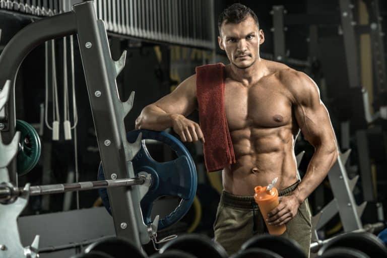 Homem forte em academia.