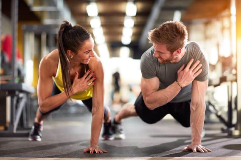Casal fazendo exercícios.