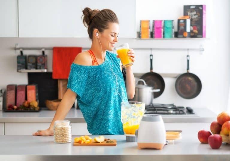 Mulher preparando suco.