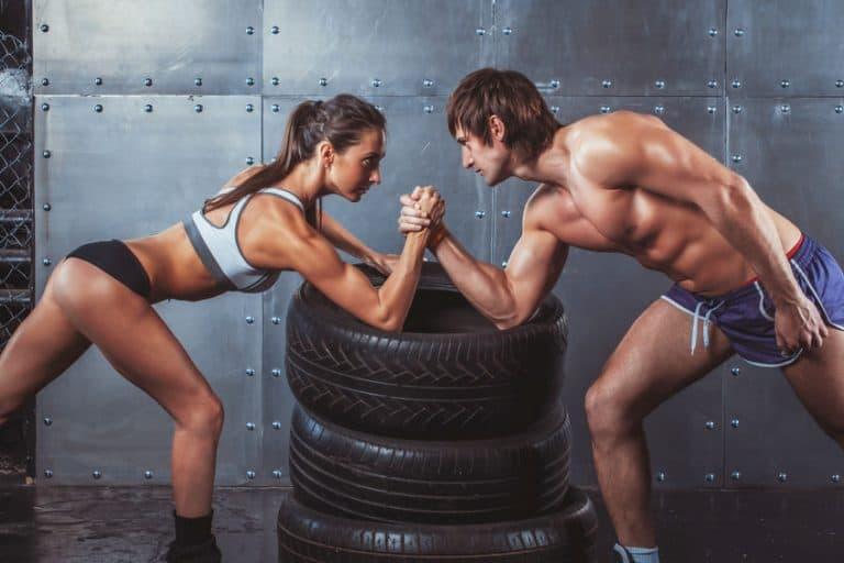 homem e mulher fazendo força