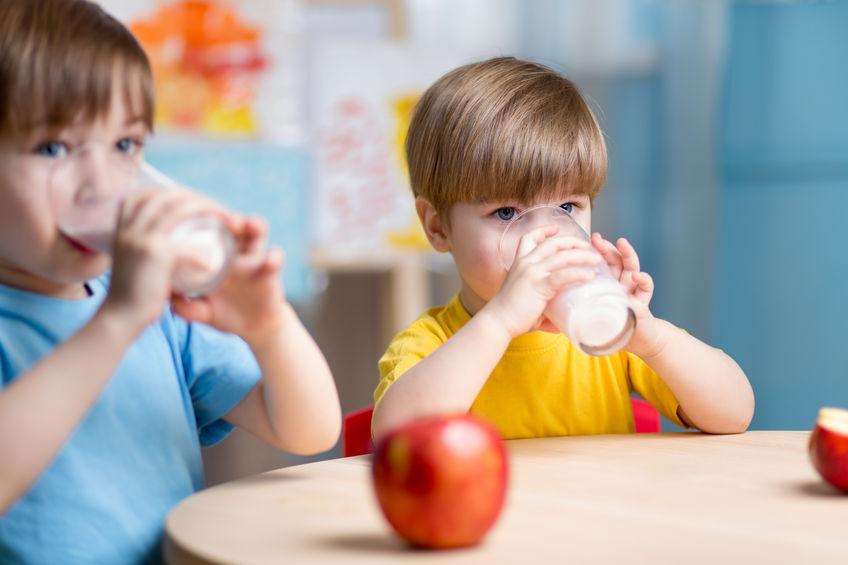Imagem de duas crianças tomando leite.