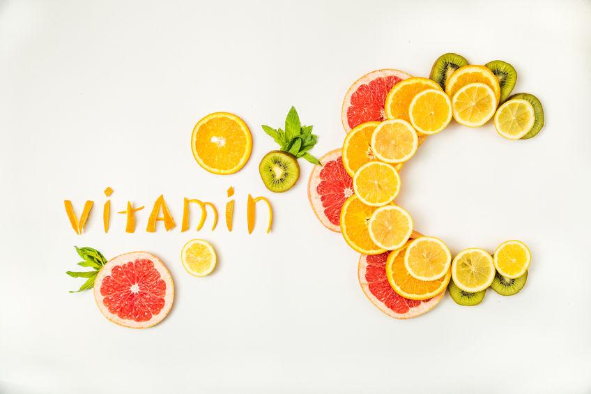 Tabela com a palavra vitamina C feita com fatias de laranja