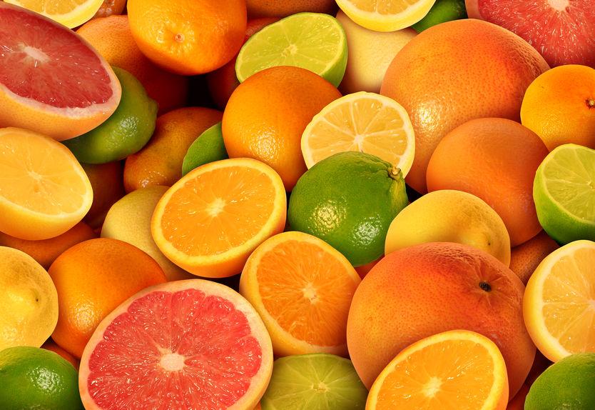 Imagem com várias laranjas, algumas cortadas ao meio