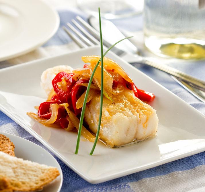 Bacalhau ou bacalhau servido com alho e cebola pimentão.