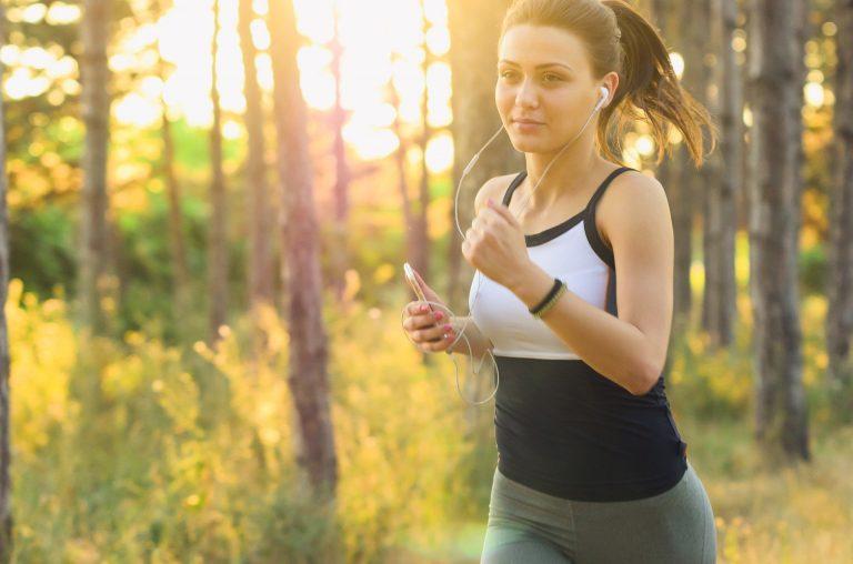 menina correndo e ouve música