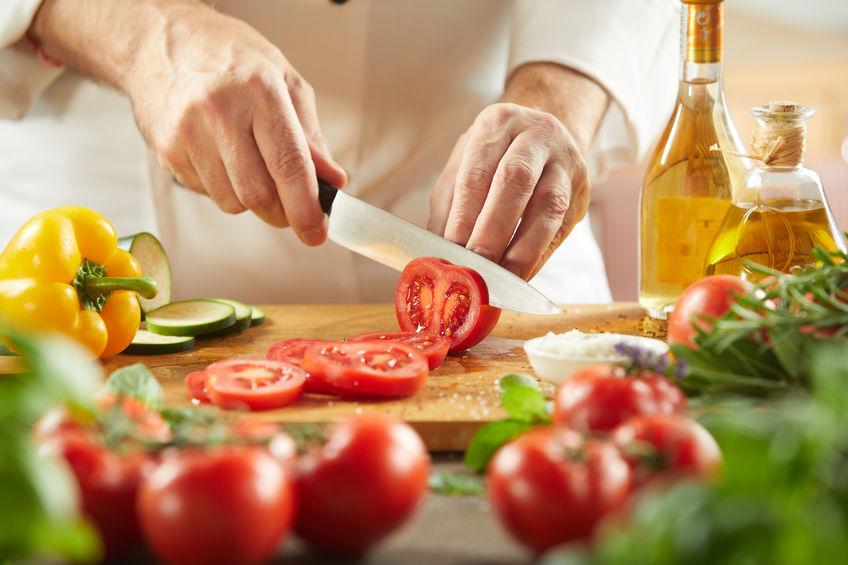 preparando salada mediterrânea