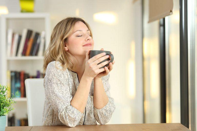 menina tomando chá