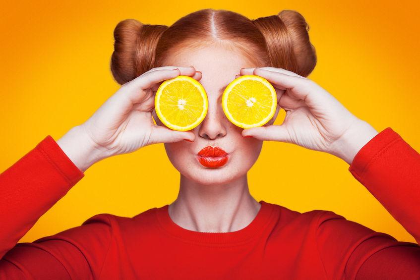 menina com laranjas no rosto
