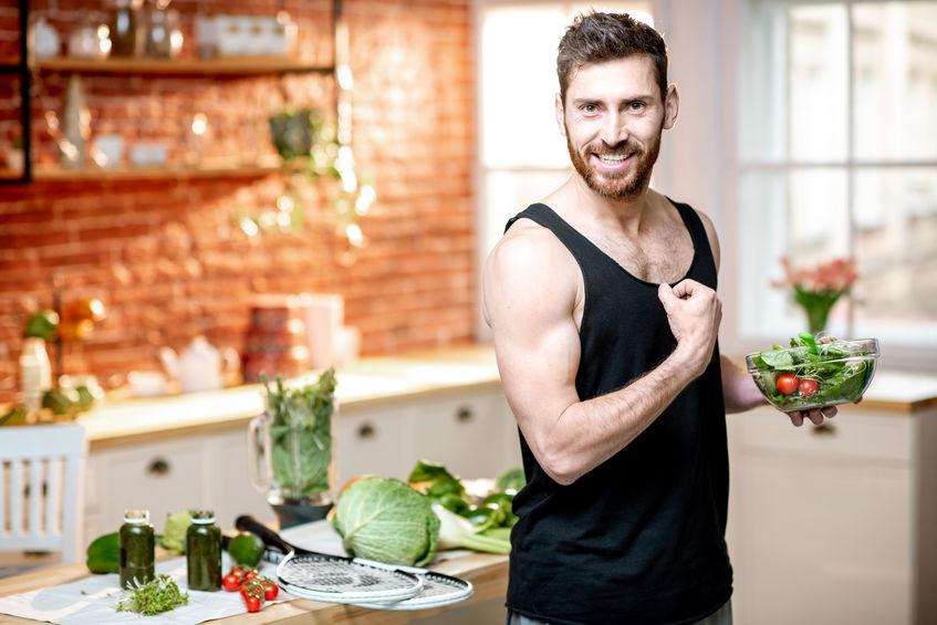 homem saudável na cozinha