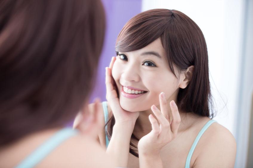 garota aplicando colágeno no rosto