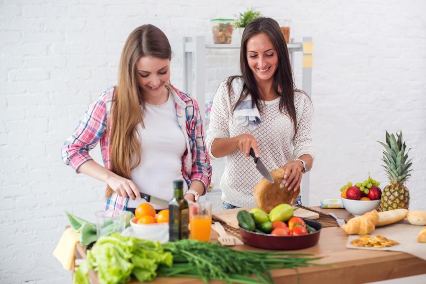 meninas na cozinha com legumes
