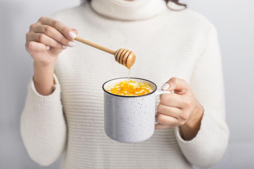 menina com chá de açafrão e mel