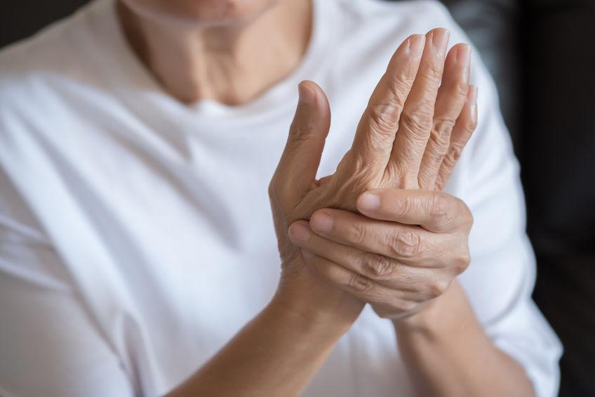 mulher mais velha com dor nas articulações