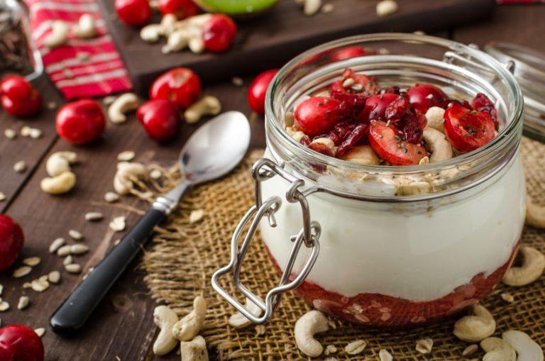 iogurte e frutas vermelhas