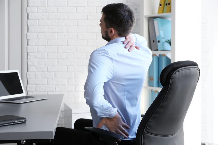 trabalhador de escritório com dor nas costas