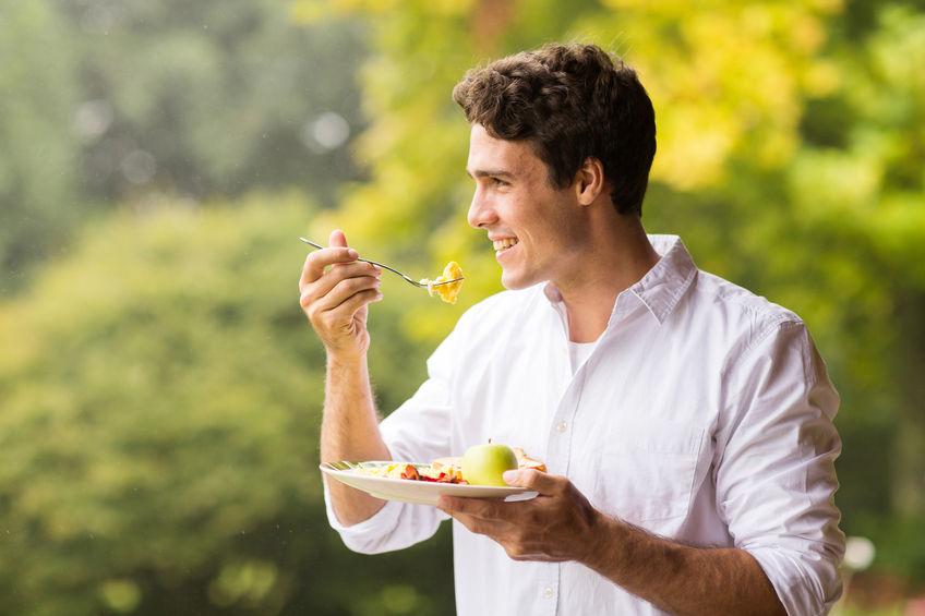 homem comendo saudável ao ar livre